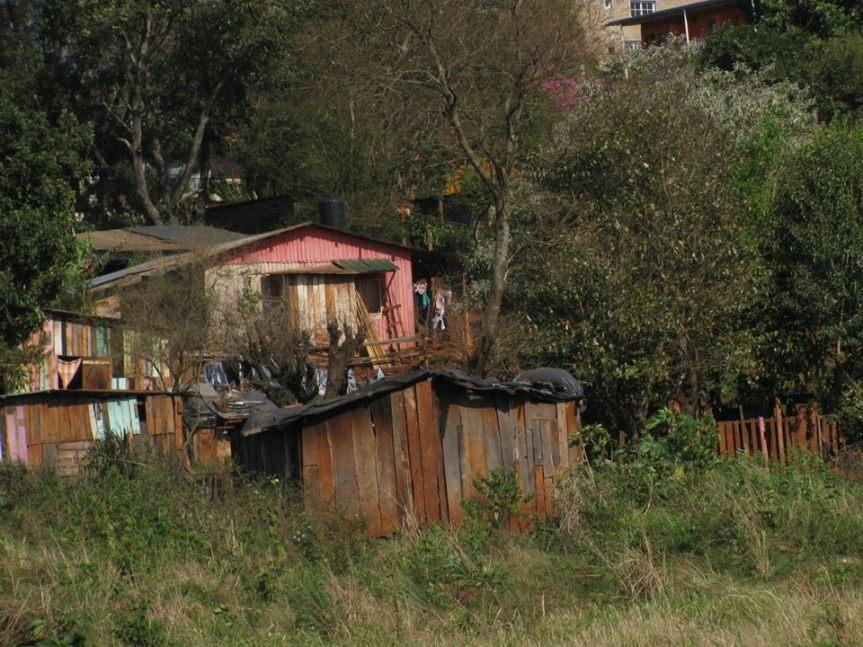 Más del 40% de los chicos argentinos sufre la falta de cloacas, gas natural y aguapotable