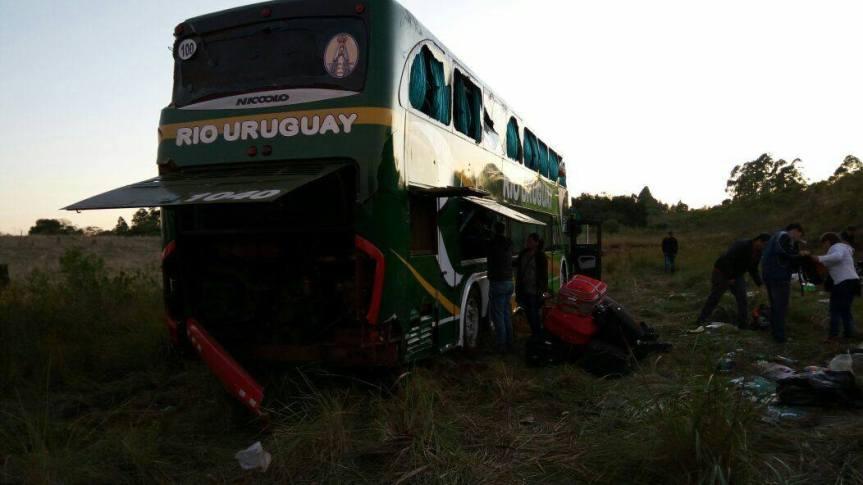 Micro con alumnos misioneros se accidentó en Brasil, entre ellos del Amadeo Bompland y laEpet