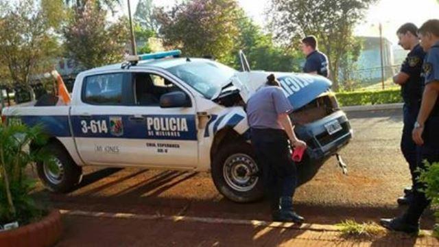 Camioneta de la Policía impactó contra unárbol