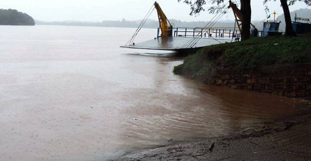 """Preocupa la bajante del río Uruguay, en San Javier: """"una balsa que lleva 6 camiones, ahora solo pasa con2"""""""