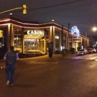 Madre e hija a las piñas por la disputa de un hombre en un bar