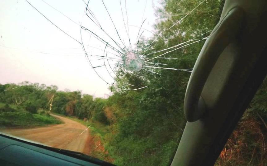 Adolescentes que atacaban a automovilistas en la ruta, rompieron el parabrisas de unapatrulla