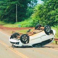 Obereños volcaron tras frenar y ser chocados por con una camioneta en la ruta 12