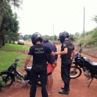 Sin papeles y causando ruidos molestos con el escape de su moto, intentó embestir a policías para huir