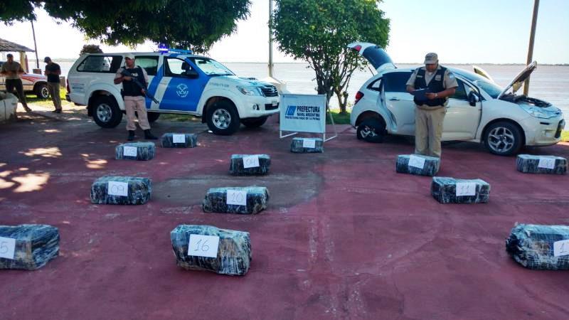 Narco intentó impactar contra un móvil policial, perdió el control y quedó en unzanjón