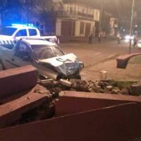 Despistó y chocó contra una plazoleta en avenida Sarmiento