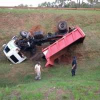 Camión de la municipalidad de Alem volcó en la ruta 14