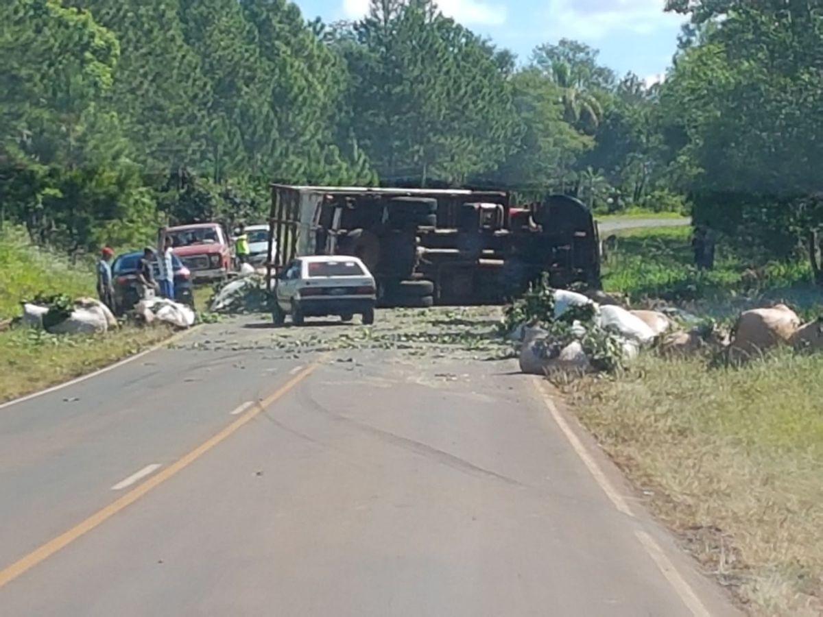 Camión con yerba volcó en la ruta 103