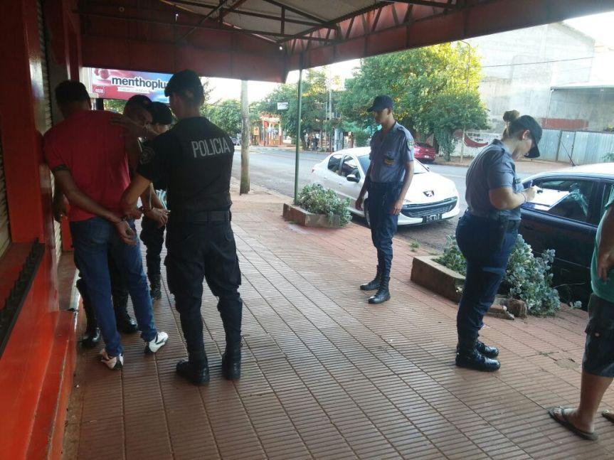 Denunció que tres sujetos se bajaron de un auto y lo asaltaron en calle Córdoba, hay un gitanodetenido