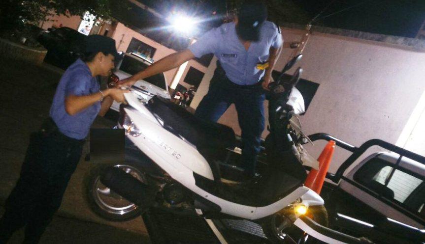 Adolescentes sorprendidos ocultando 1 garrafa en un baldío, también encontraron unamoto