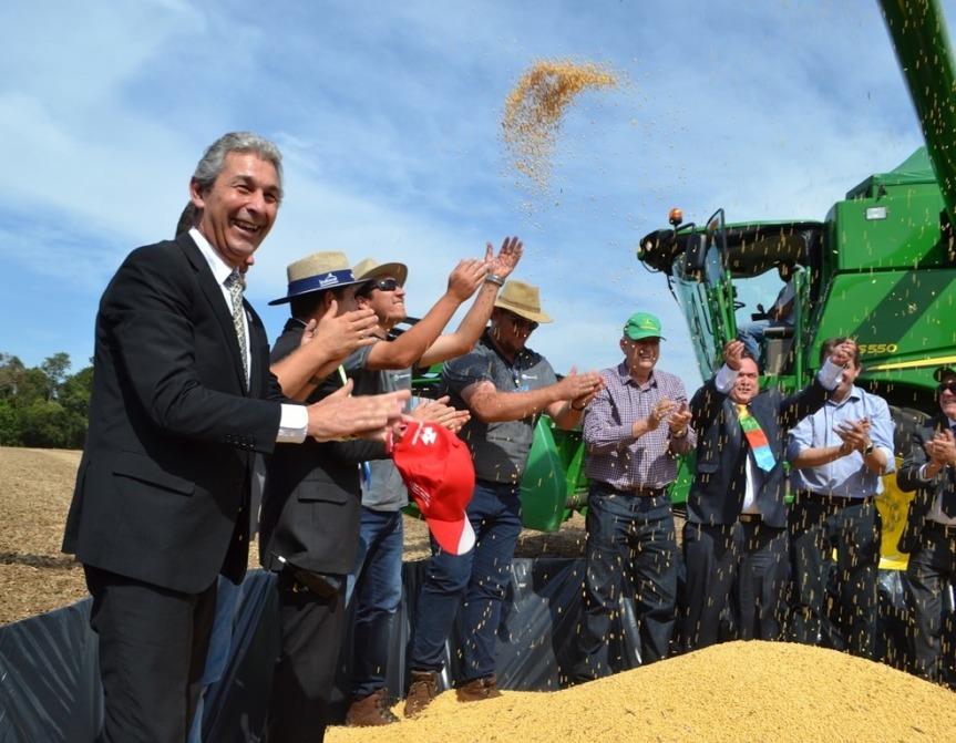 Fernández para la foto en la Fenasoja donde productores no se lamentan por los precios como el té y layerba