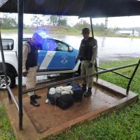 34 kilos: Esperaba el colectivo con dos bolsos cargados de marihuana