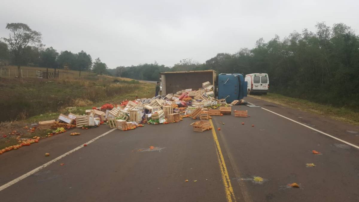 Camión volcó en la ruta 103 por la explosión de un neumático