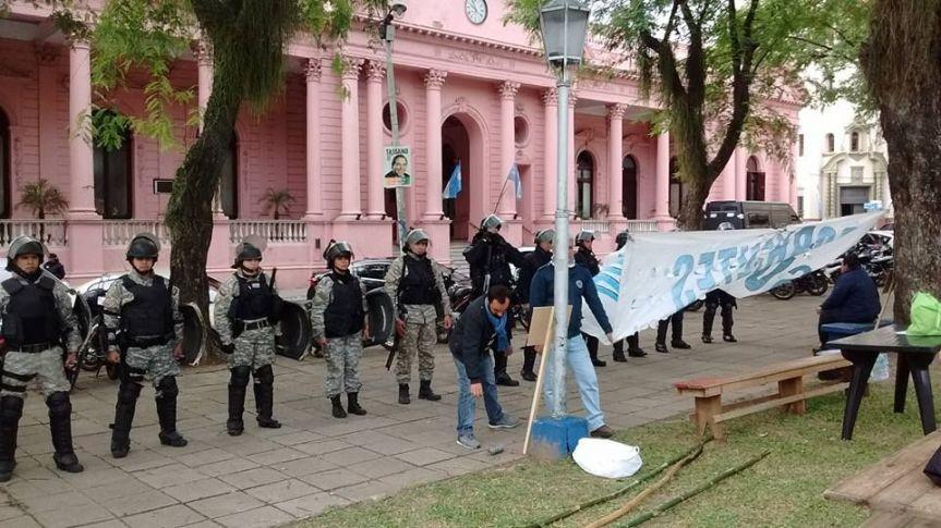 Paro nacional: docentes intentaron instalar una carpa blanca y hubo tensión con la policía enCorrientes