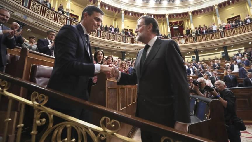 Pase de mando entre Rajoy y Sánchez, primero en asumir la presidencia de España sin crucifijo niBiblia