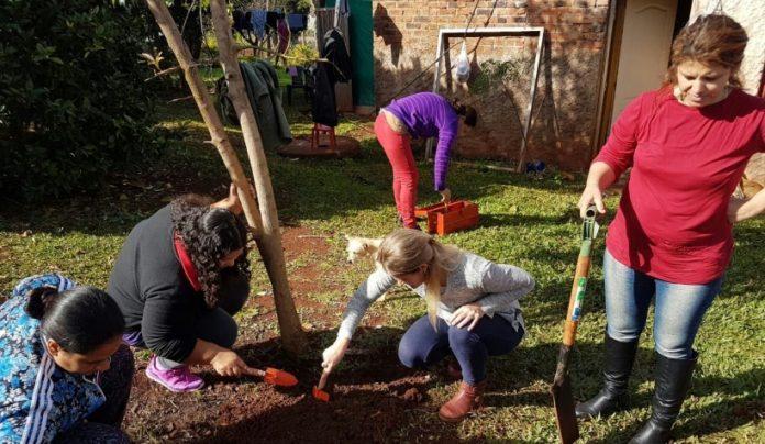 Capacitaron a mujeres tareferas sobre huertas en el patio de suscasas
