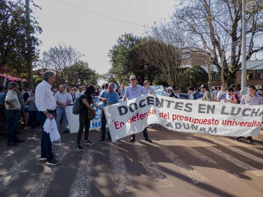 Tras la marcha universitaria, vuelven a negociar paritarias con el gobierno, gremios piden30%