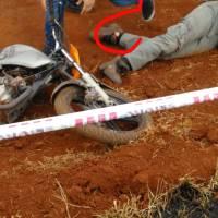 Motociclistas chocaron durante una competencia y embistieron a una menor