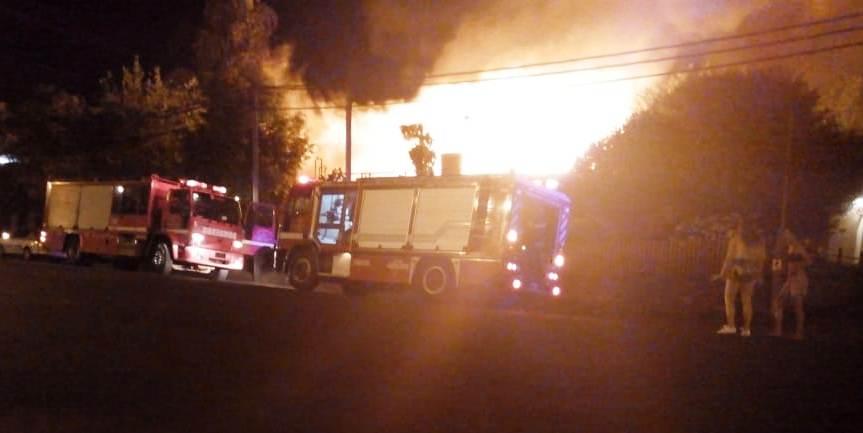 Incendio destruyó un inquilinato en avenida Italia, otras dos casas fueronafectadas