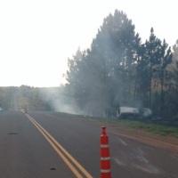 Una camioneta despistó, chocó contra un árbol y se incendió, hay heridos