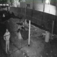 Llamó a la policía pero no fueron porque anotaron mal la dirección; otro delincuente le cortó la luz para robar