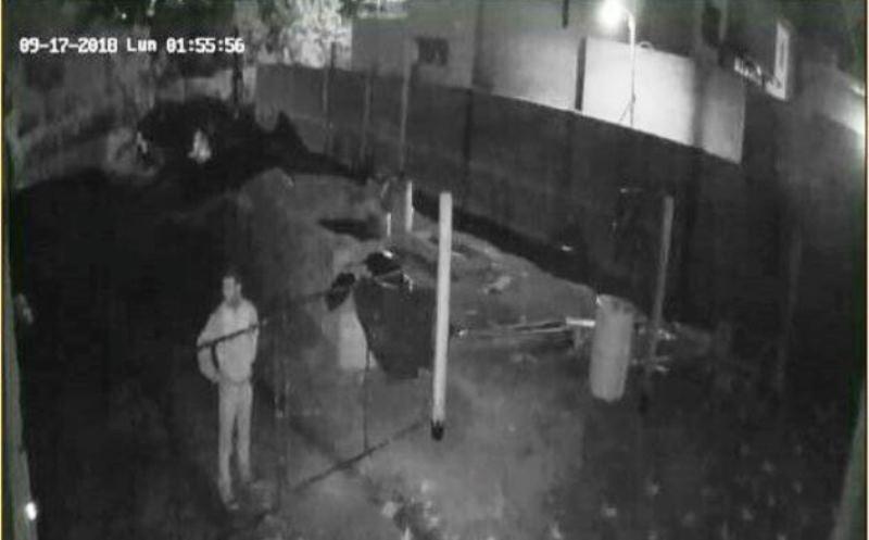 Llamó a la policía pero no fueron porque anotaron mal la dirección; otro delincuente le cortó la luz pararobar
