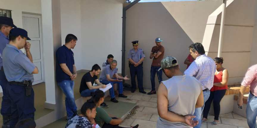 Fernández se reunió con familias que usurparon tierras privadas y les advirtió que deberánabandonarlas