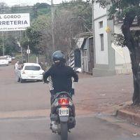 Motociclista le chocó el auto y huyó