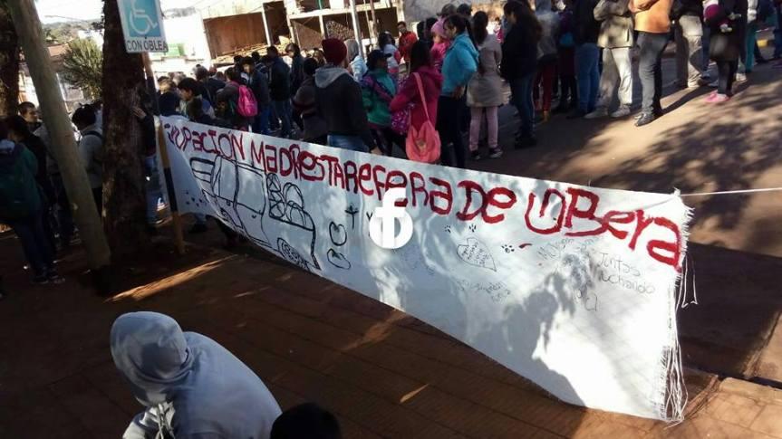 Tareferos cortaron calle Buenos Aires frente a la municipalidad reclamando tierras, calles, luz yagua