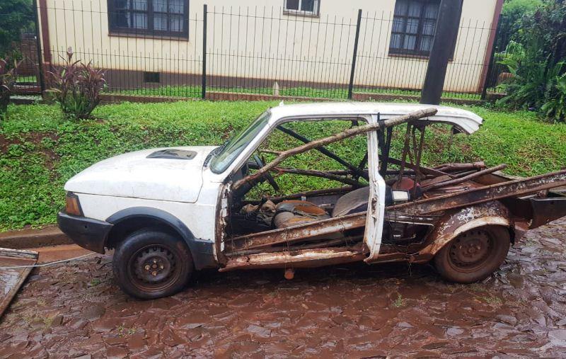 """Secuestraron vehículo que circulaba """"atado conalambres"""""""
