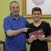 Estudiante de la facultad de Arte y Diseño que obtuvo una beca en Italia recibió pasajes de la Provincia para viajar