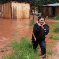 Temporal: Policías rescataron a 5 hermanitos en el barrio Sapucay tras el desborde del arroyo