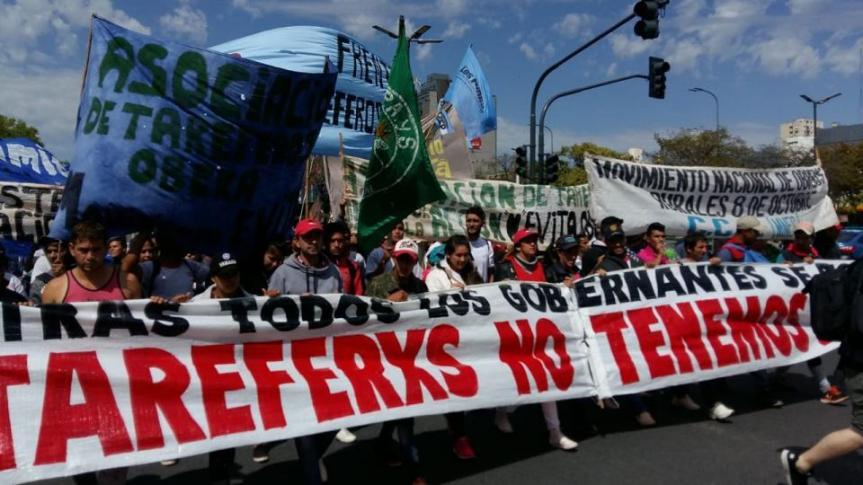 Cuatro colectivos con tareferos viajaron a Buenos Aires para reclamarsubsidios