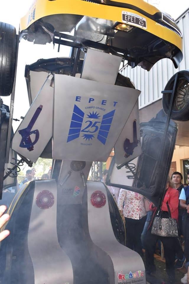"""Alumnos de la EPET 25 presentaron su auto """"Transformer"""""""
