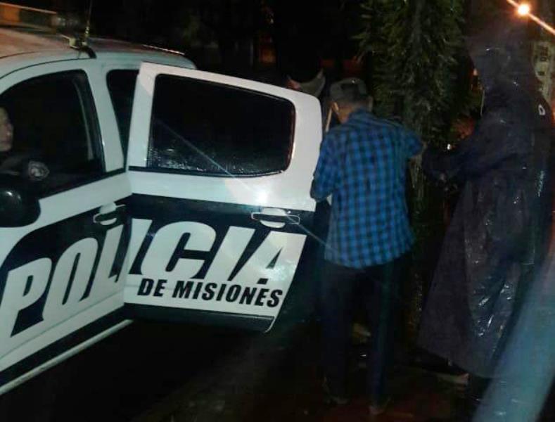 Policías asisten a un jubilado que estaba desorientado en la GobernadorBarreyro