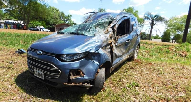 Una mujer falleció tras ser embestida por un auto que despistó yvolcó