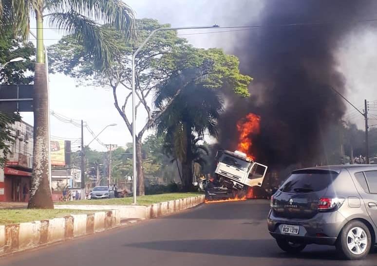 Camionero misionero se quedó sin frenos en Foz y embistió dos autos, hay dosmuertos