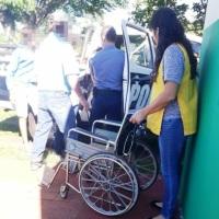 Policías asisten a una mujer que se descompensó en la vía pública en Km 8