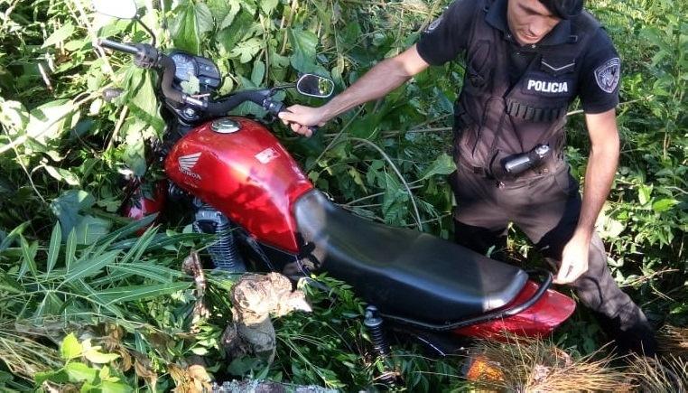 Dejó la moto estacionada, se la robaron y apareció oculta en unbaldío
