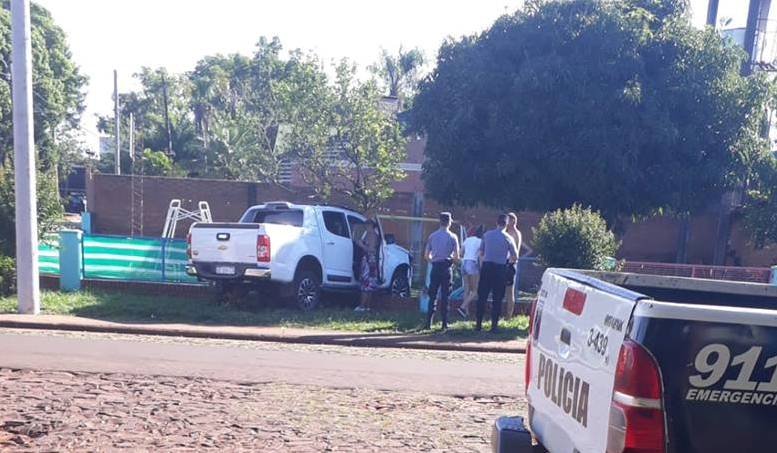 Conductora esquivó un perro y chocó contra el muro de unjardín