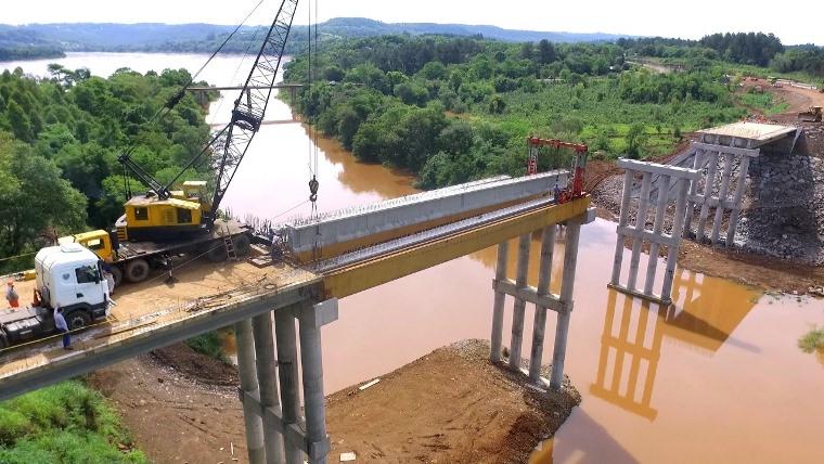 Colocan vigas de hormigón y prelosas en el nuevo puente sobre ElTorto