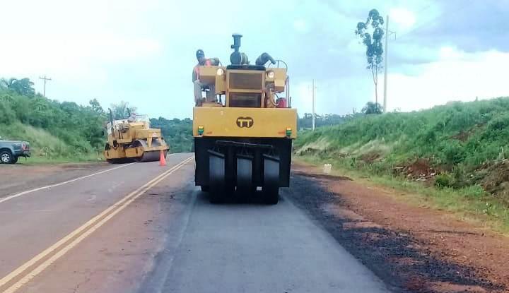Realizan bacheos y mantenimiento de banquinas en ruta 5 entre Oberá yPanambí