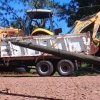 Enganchó los cables con la maquina que transportaba sobre el camión