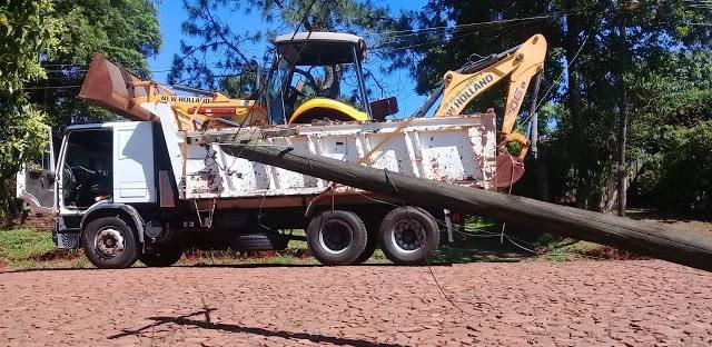 Enganchó los cables con la maquina que transportaba sobre elcamión