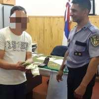 Devolvió una billetera con $ 4005 que su hermano de 11 años le había robado a un pensionado