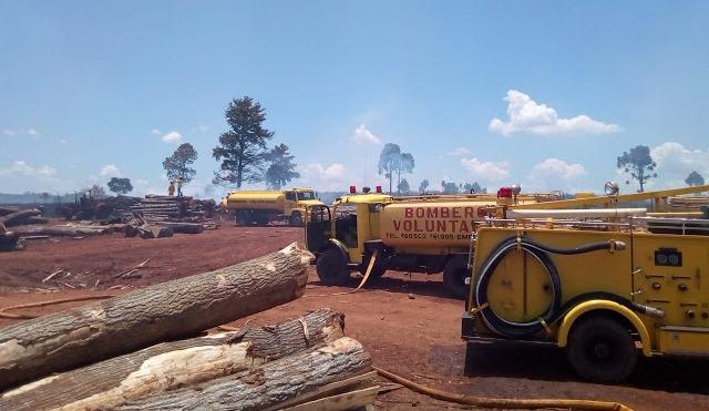 Siete dotaciones de bomberos apagaron incendio en un teal y parte de unaserradero