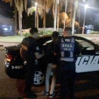 Hacía picadas en avenida Italia, quiso fugarse y causó daños a un móvil policial