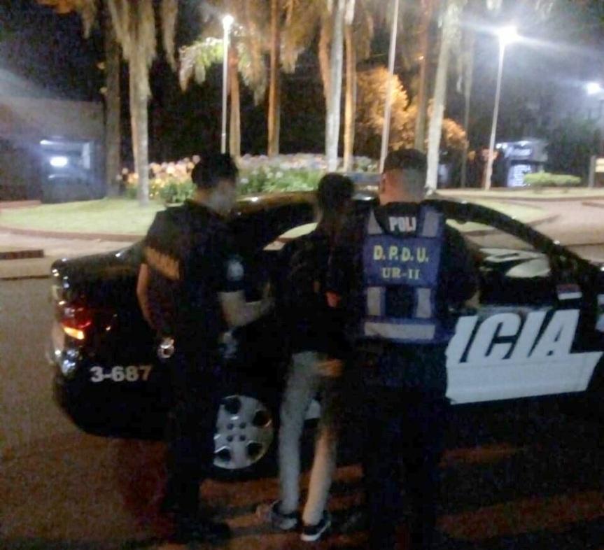 Hacía picadas en avenida Italia, quiso fugarse y causó daños a un móvilpolicial