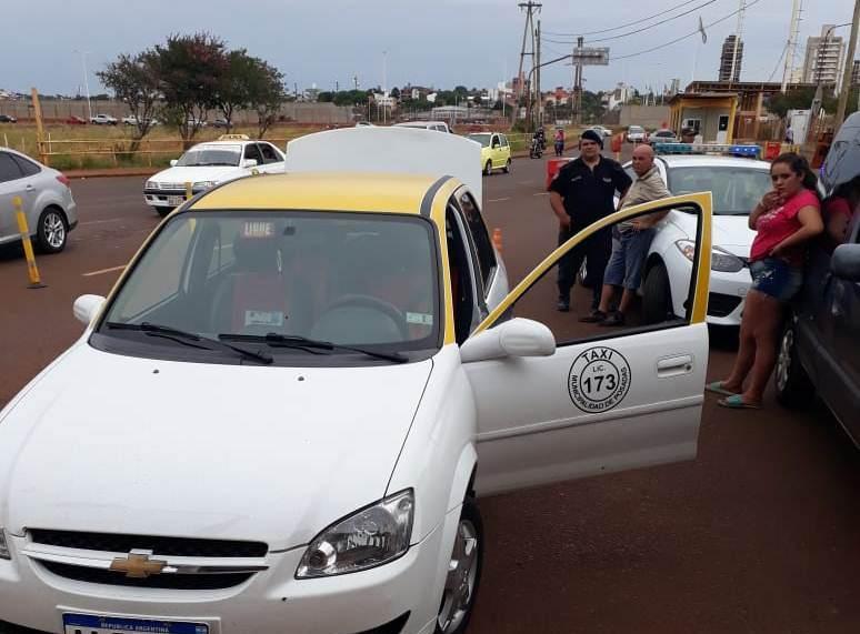 Interceptaron en el Puente Internacional a un taxi que llevaba oculta a una menor en elbaúl