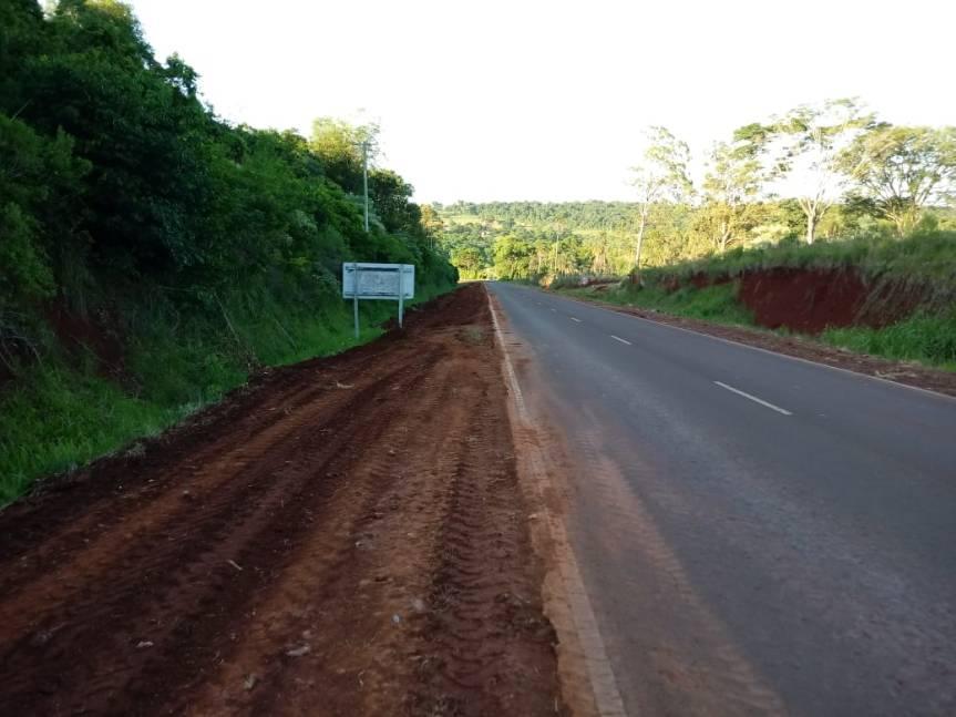 Ejecutan trabajos en banquina en ruta 5 entre Oberá yAlvear